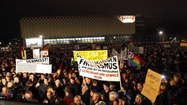 """15.000 """"Pegida""""-Anhänger demonstrieren in Dresden"""