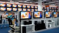 Der Flachbildschirm steht ganz oben auf dem Wunschzettel: 45 Prozent der Deutschen wollen zu Weihnachten einen neuen Fernseher