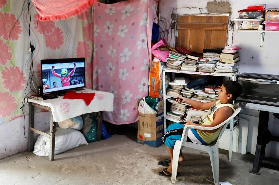 Isaac, der Sohn von Pastor Crenilton Ferreira, schaut zuhause im Fernsehen lieber Sport.