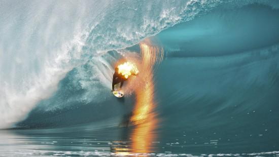 Surfer als lebende Fackel