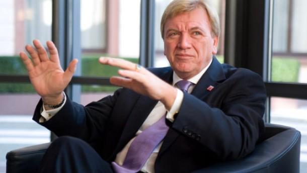 Volker Bouffier - Der neue hessische Ministerpräsident stellt sich in seinem Büro in der Staatskanzlei in Wiesbaden den Fragen von Timo Frasch und Thomas Holl.