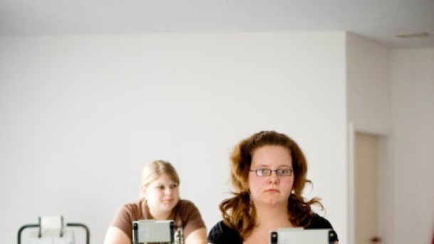 Leonie Harms und Rebecca Krohns -  zwei übergewichtige Mädchen, deren Fettleibigkeit in der Klinik therapiert wird..
