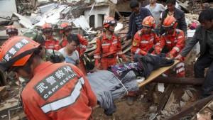 Mehr als 380 Opfer nach Erdbeben in China