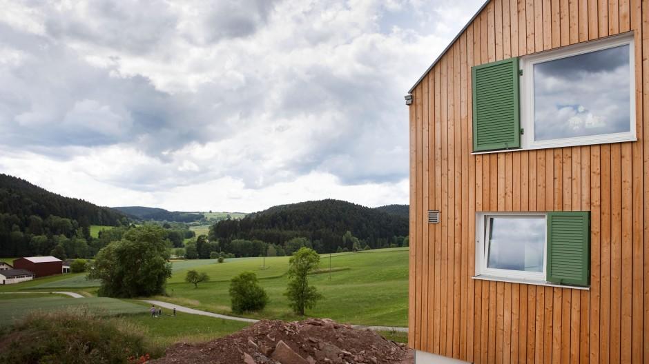 Blick auf die wunderschöne Umgebung: Das Haus besteht weitgehend aus natürlichen Materialien
