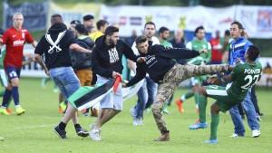Propalästinensische Fußballfans stürmen Platz