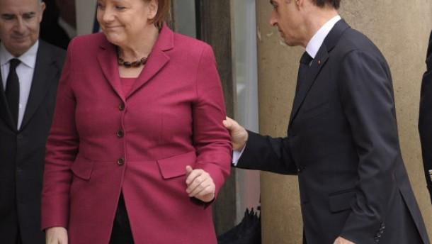 Sarkozy trumpft auf, Merkel rechtfertigt sich