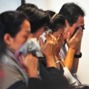 Böse Vorahnungen mischen sich mit Trauer: Angehörige von Passagieren der vermissten Air Asia-Maschine am Flughafen von Surabaya