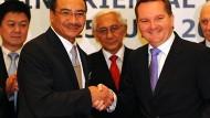 Nach der Vereinbarung: Der australische Immigrationsminister Bowen (rechts) mit Malaysias Innenminister Hussein