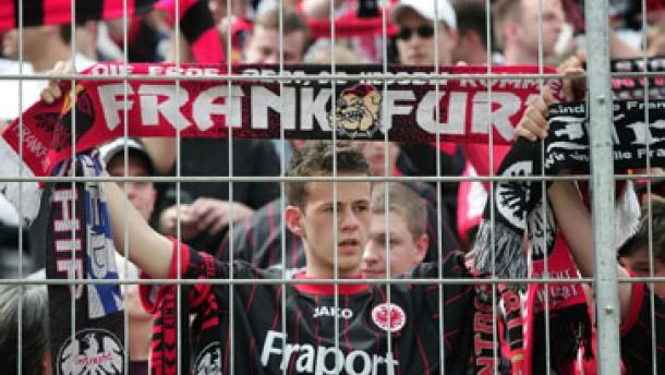 Zehntausend wollen die Eintracht zum HSV begleiten