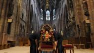 Der Sitz des Papstes steht schon im Freiburger Münster