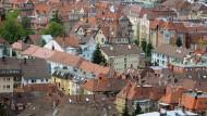 Blick auf die Innenstadt von Stuttgart. Hier bleibt die Lage am Wohnungsmarkt kritisch - die Baugenehmigungen gingen im ersten Halbjahr um 20 Prozent zurück.