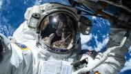 Astronaut filmt Spaziergang vor der ISS-Tür
