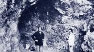 Gustav Riek (li.) 1931 bei Ausgrabungen im Vogelherd
