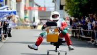 Waghalsig: Ein Teilnehmer saust auf seinem Bürostuhl die Straße hinab