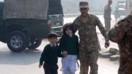 Kinder und Lehrer bei Geiselnahme getötet