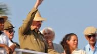 Raúl Castro winkt seinen Anhängern, rechts neben ihm steht Margot Honecker
