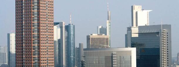 Das silberfarbene Hochhausgespann Castor (Mitte) und Pollux (ganz rechts) in Frankfurt