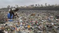 Ganz Asien hat ein Plastikproblem: In Neu Delhi sammelt ein Mann Wiederverwertbares. Diesjähriger Gastgeber des internationalen Weltumwelttages ist Indien.