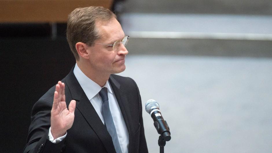 Der neu gewählte SPD-Politiker Michael Müller wird als Berlins Regierender Bürgermeister vereidigt.