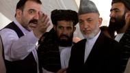 Ahmad Wali Karzai (l.) trifft seinen Halbbruder, Präsident Hamid Karzai (2v.r.) im Oktober 2010