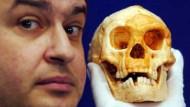 Dr. Henry Gee mit dem Schädel des zwergenhaften Homo floresiensis