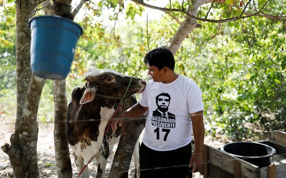 Pastor Crenilton Ferreira zeigt Sympathien für Jair Bolsonaro mit dessen Konterfei auf seinem T-Shirt.