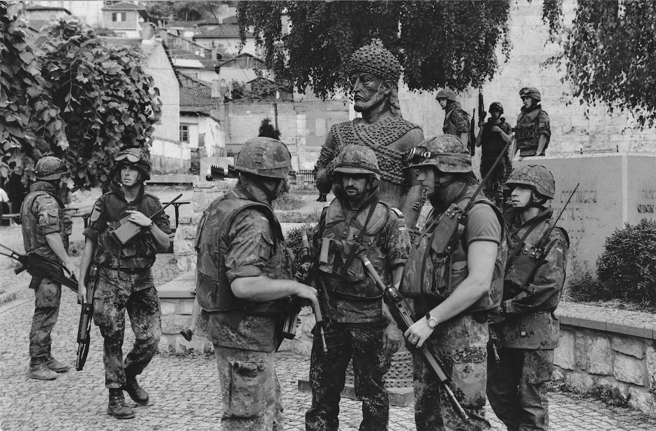 Juni 1999: Die Bundeswehrsoldaten kontrollieren die Altstadt von Prizren. Das deutsche KFOR-Kontingent hatte während des Kosovo-Einsatzes einen von fünf Sektoren zu sichern. In ihm lag auch die Großstadt Prizren. Die Stadt hatte unter anderem wegen des nahen Grenzübergangs nach Albanien eine besondere strategische Bedeutung. Mit mehr als 85000 Einwohnern gilt sie heute als die zweitgrößte Stadt des Kosovo. Trotz des Balkankrieges ist ein Großteil der geschichtsträchtigen Stadt erhalten.