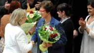 Die designierte Ministerpräsidentin Hannelore Kraft gratuliert Gunhild Böth zur Wahl als stellvertretende Landtagspräsidentin