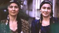 Fatima (l.) und Suchra, die Schwestern der Selbstmordattentäterin