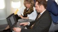 Strahlende Gesichter: Jetzt kommt das Internet ins Flugzeug