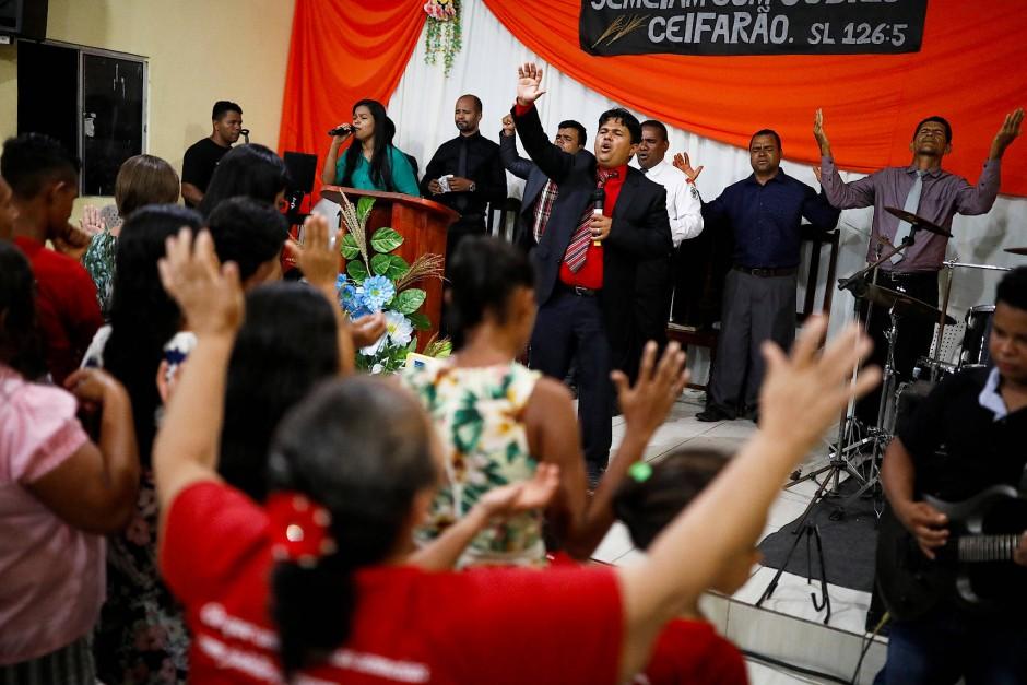 Pastor Ferreira feiert mit Bewohnern seines Dorfes Palmeira Dos Reis den Gottesdienst.