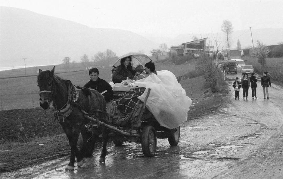 Auf der Flucht vor dem Krieg: Eine albanische Familie aus dem Kosovo gelingt bei Morina mit ihrem Pferde-Fuhrwerk der Grenzübertritt nach Albanien.