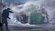 Verbot einer Demonstration treibt Menschen auf die Straßen von Paris