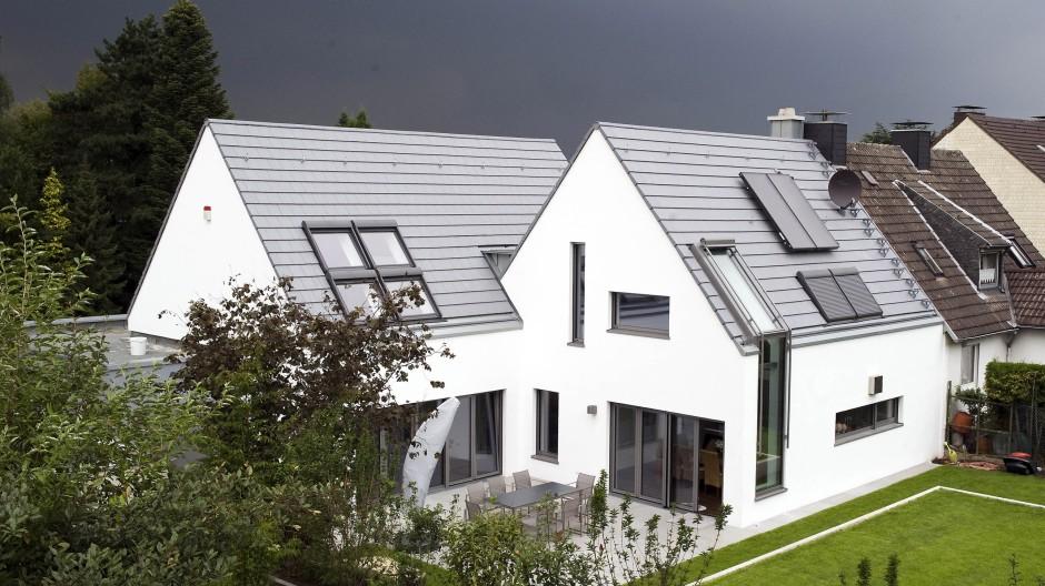 Die zwei sind Eins: Blick von der Gartenseite auf das Haus der Familie Kümmerlein. Durch die versetzt angeordneten Baukörper liegt die Terrasse geschützt.