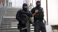 Schwerbewaffnete Razzia gegen mutmaßliche Islamisten