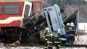 Zug überrollt Reisebus