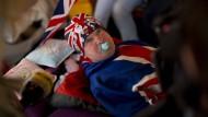 William und Kate verschenken Gebäck an wartende Fans