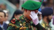 Angehörige trauern um Opfer des Anschlags von Dhaka