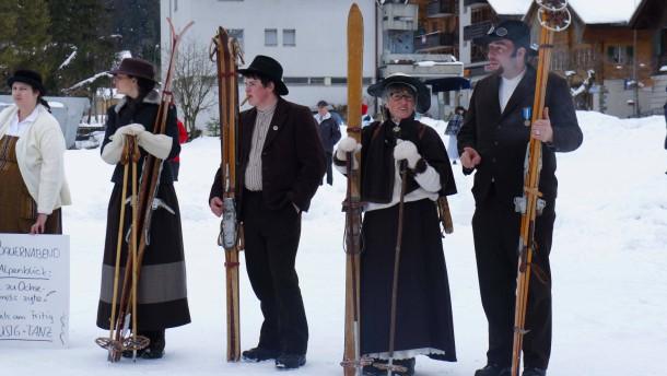 Skifahren wie vor 100 Jahren: Mit Holzlatten und ...