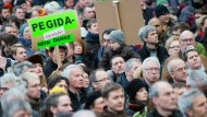 Zehntausende protestieren gegen Pegida