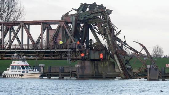 Frachter rammt Emsbrücke