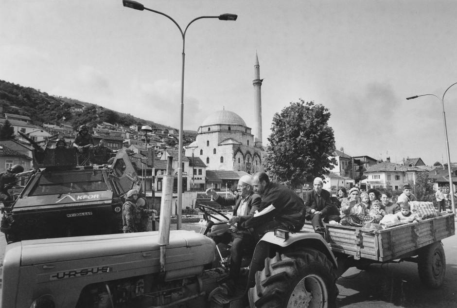 Eine Kfor-Patrouille der Bundeswehr überwacht in Prizren die Flucht einer Familie auf einem Traktor mit Anhänger. Im Hintergrund die Sinan-Pasha-Moschee. Sie ist die größte Moschee in Prizren. Der Vorbau mit den drei Bögen, der damals zerstört war, ist inzwischen wieder rekonstruiert worden.
