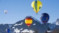 Heißluftballon-Festival in den Schweizer Alpen