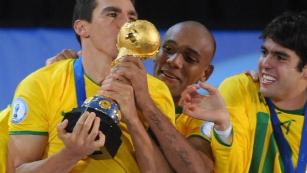 Lucio köpft Brasilien zum Titel