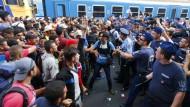 Flüchtlinge drängen am Bahnhof Budapest in Züge nach Deutschland
