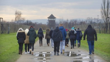 Eine Schulklasse besichtigt das ehemalige Konzentrationslager Auschwitz-Birkenau in Polen.