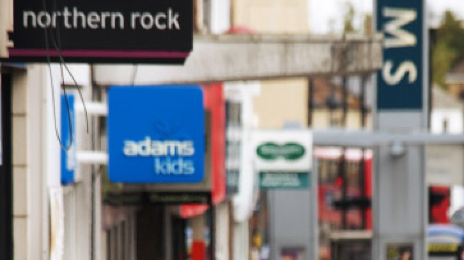 Lange Schlangen vor Bank-Filialen: Die Finanzkrise hat England erwischt