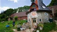 Die Mosaikfassade gestaltet Daniela Franzen gemeinsam mit Kindern und Jugendlichen