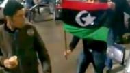 Wie diese Demonstranten in Tripolis wenden sich auch viele Soldaten inzwischen gegen das Regime Gaddafis