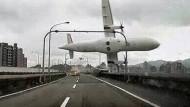 Neue Aufnahmen vom Flugzeugabsturz in Taipeh